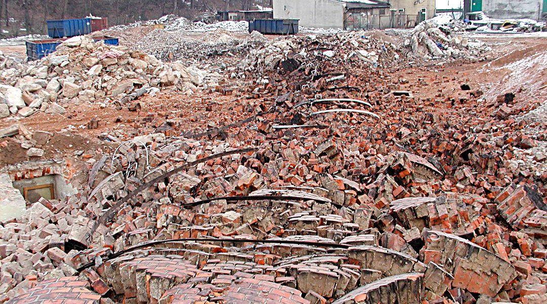 Gruzowisko po wyburzonym kominie