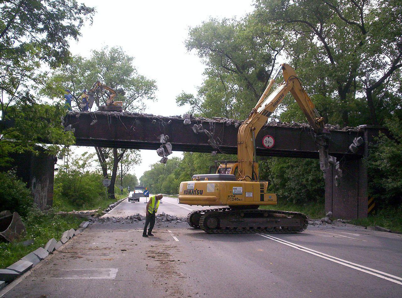 Koparka podczas demontażu wiaduktu
