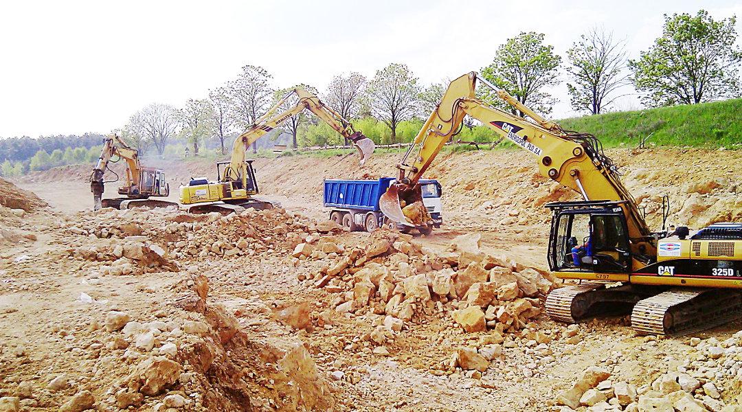 Odspajanie skał pod budowę drogi − Siewierz