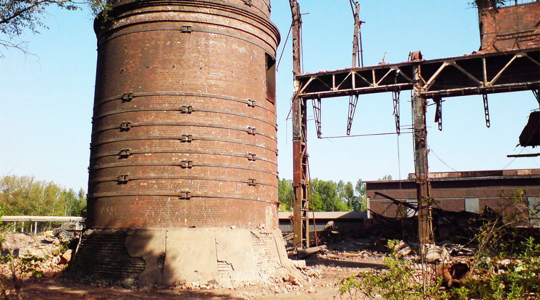 Wyburzenie trzech murowych kominów na terenie ArcelorMittal w Krakowie