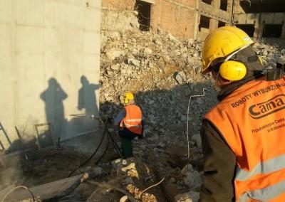 Pracownicy podczas wiercenia otworów strzałowych